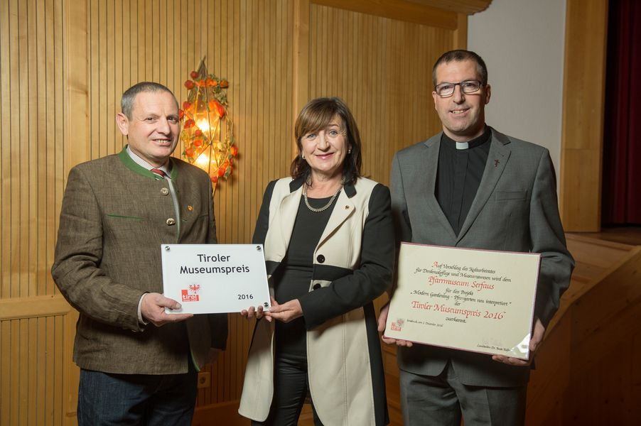 Bgm von Serfaus Paul Greiter, Kulturlandesrätin Beate Palfrader und Pfarrer Willi Pfurtscheller (v.li.) bei der Verleihung des Tiroler Museumspreises 2016 in Serfaus.