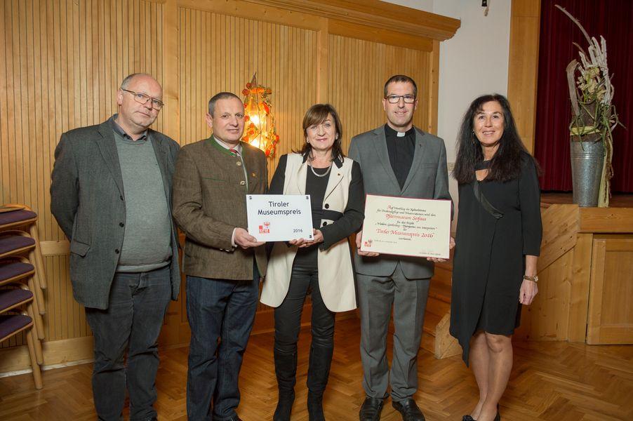 Das Team des Pfarrmuseums freute sich über die Auszeichnung: Walter Hauser, Bgm Paul Greiter, LRin Palfrader, Pfarrer Willi Pfurtscheller und Sylvia Mader (v.li.).